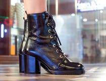 Frauen ` s Stiefel Halbstiefel auf schlanker weiblicher Beinnahaufnahme lizenzfreies stockbild