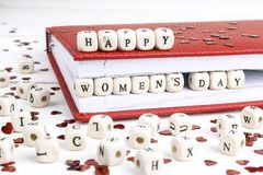 Frauen ` s Tagesgrußmitteilung geschrieben in Holzklötze im Rot nicht stockfoto