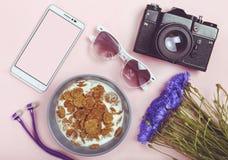 Frauen ` s Weltkonzept, Minimalismus, aktiver Lebensstil, Glück, lizenzfreie stockbilder