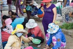 Frauen am SaiGon-Fischmarkt in Vietnam lizenzfreies stockbild