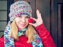 Frauen-schönes glückliches lächelndes Gesicht übergibt das Halten des Herzform Liebessymbols Lizenzfreies Stockfoto
