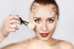 Frauen-Schönheits-Gesichts-Kosmetik Porträt des sexy jungen weiblichen Modells Applying Makeup, erröten lose mit Bürste auf G lizenzfreies stockfoto