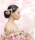 Frauen-Schönheits-Porträt in Sakura Flower, asiatische Mädchen-Brötchen-Frisur Stockbilder