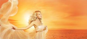 Frauen-Schönheits-Porträt in Sun-Lichtern, Mode-Modell Girl Shawl stockfotos