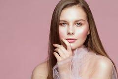 Frauen-Schönheits-Porträt, vorbildliches Touching Face Lips, schönes Mädchen-Make-up und Nägel lizenzfreies stockfoto