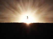 Frauen-Schattenbild am Sonnenuntergang Lizenzfreie Stockbilder