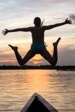Frauen-Schattenbild-Tauchen gegen den Sonnenuntergang Stockbild