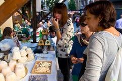 Frauen schmecken den Käse Stockfotos