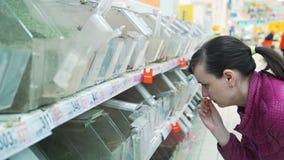 Frauen-Schn?ffelnzimtstange am Supermarkt stock video