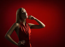 Frauen-Schönheits-Porträt, schöne Dame Posing im eleganten roten Kleid, Mode-Modell mit dem blonden Haar Stockbild