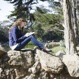 Frauen-Schreiben im Journal stockfotos