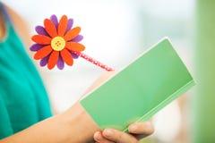 Frauen-Schreiben im Notizbuch mit Blumen-Bleistift lizenzfreies stockfoto