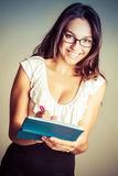 Frauen-Schreibens-Scheck lizenzfreies stockfoto
