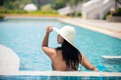 Frauen schwimmen in einem Pool im Sommer lizenzfreie stockfotografie