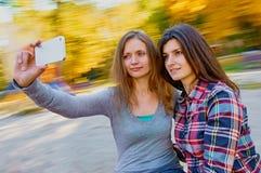 Frauen selfie auf dem Karussell Lizenzfreie Stockfotografie