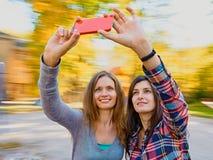 Frauen selfie im Freien Lizenzfreie Stockfotografie