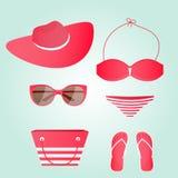 Frauen setzen Sammlungsbadeanzug, Gläser, Hut, Tasche, Flipflops auf den Strand Stockbilder