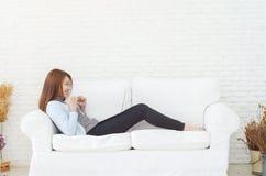 Frauen sind arbeitend und glücklich lizenzfreie stockfotografie