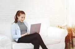 Frauen sind arbeitend und glücklich stockbild