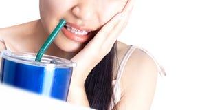 Frauen sind für Zähne empfindlich, weil sie Kälte trinken stockfoto
