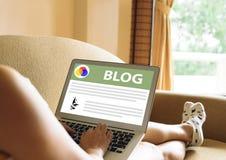 Frauen sitzen am Arbeitsschreibensblog Stockfotos