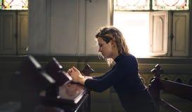 Frauen-sitzendes Kirchen-Religions-Konzept lizenzfreies stockbild