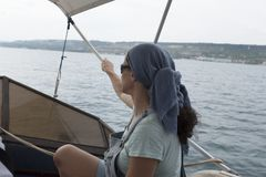 Frauen-sitzendes Yacht-Meer Lizenzfreie Stockbilder