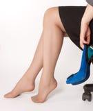 Frauen sitzt auf dem Stuhl Lizenzfreie Stockfotos