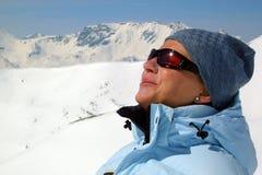 Frauen-Skifahrer, der Sonne genießt Stockbild