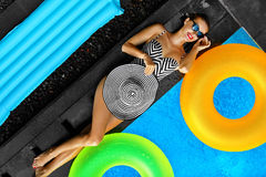 Frauen-Sommer-Mode Sexy Mädchen, das durch Swimmingpool ein Sonnenbad nimmt schönheit lizenzfreies stockfoto