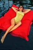 Frauen-Sommer-Mode Sexy Mädchen, das im Swimmingpool sich entspannt schönheit Stockfotos