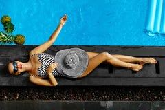 Frauen-Sommer-Mode Sexy Mädchen, das durch Swimmingpool ein Sonnenbad nimmt schönheit Lizenzfreie Stockfotografie