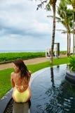 Frauen-Sommer-Mode Sexy Mädchen, das durch Swimmingpool ein Sonnenbad nimmt schönheit Lizenzfreies Stockbild