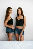 Frauen-Sommer-Mode Sexy schöne weibliche Modelle zuhause Stockbilder