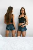 Frauen-Sommer-Mode Sexy schöne weibliche Modelle zuhause Lizenzfreie Stockfotografie