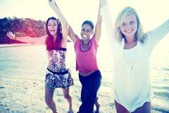 Frauen-Spaß-Strand-Mädchen-Energie-Feier-Konzept stockfotografie