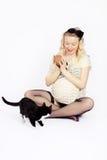 Frauen-Spiele mit Katze Lizenzfreie Stockbilder