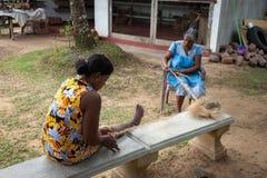 Frauen spinnen das Seil von den Kokosnusshülsen Stockfotos