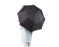 Frauen stehen rückwärts mit dem schwarzer leerer Regenschirm geöffneten lokalisierten Modell Lizenzfreie Stockfotografie
