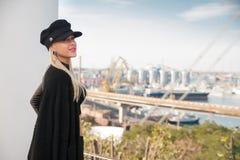 Frauen-stehender Seehafen lizenzfreie stockfotos