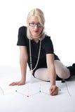 Frauen-Stiftpunkt des Geschäfts blonder auf Diagramm Lizenzfreies Stockbild