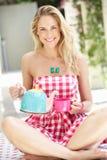 Frauen-strömende Tasse Tee Stockbilder