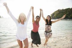 Frauen-Strand-Sommer-Sonnenlicht-Reise-Konzept lizenzfreie stockfotos