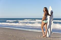 Frauen-Surfer im Bikini mit Surfbrett am Strand Lizenzfreies Stockfoto