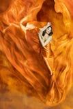 Frauen-Tanz-Feuer, Mode-Mädchen-orange Kleidertanzen-Gewebe Stockfoto
