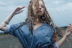 Frauen-Tanz im Regen stockfotos