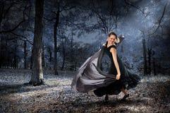 Frauen-Tanzen im Wald Lizenzfreies Stockbild