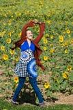 Frauen-Tanzensolo auf dem Gebiet von Sonnenblumen Lizenzfreies Stockfoto