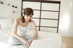Frauen-Technologie-Schlafzimmer Stockfoto