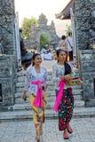 Frauen am Tempel stockfoto